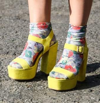 divatos zokni-szandál